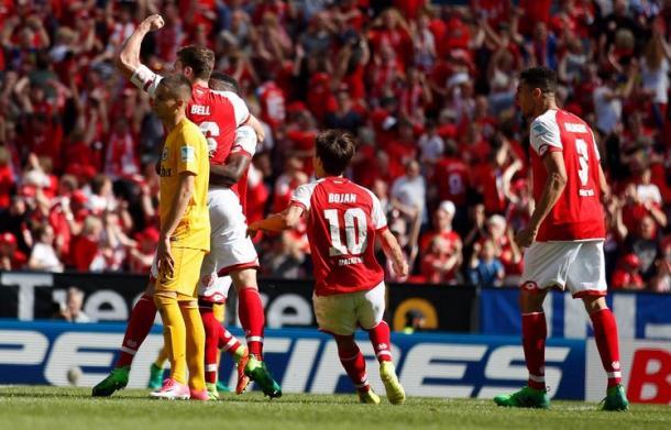 Bell festeggia il suo gol che firma il parziale 2-2. | Mainz 05, Twitter.