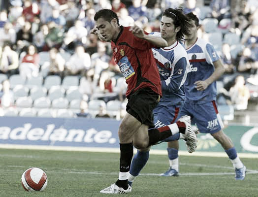 Ruben de la Red y Arango pelean por el balón