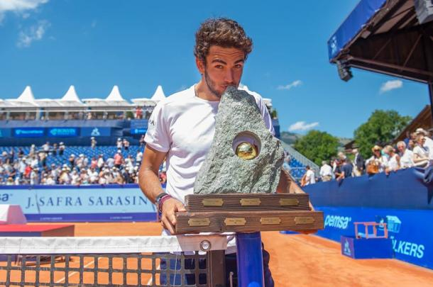 Matteo Berrettini kisses his first ATP trophy in Gstaad. Photo: Swiss Open Gstaad
