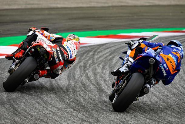 Oliveira en carrera, junto a Nakagami. Imagen: MotoGP