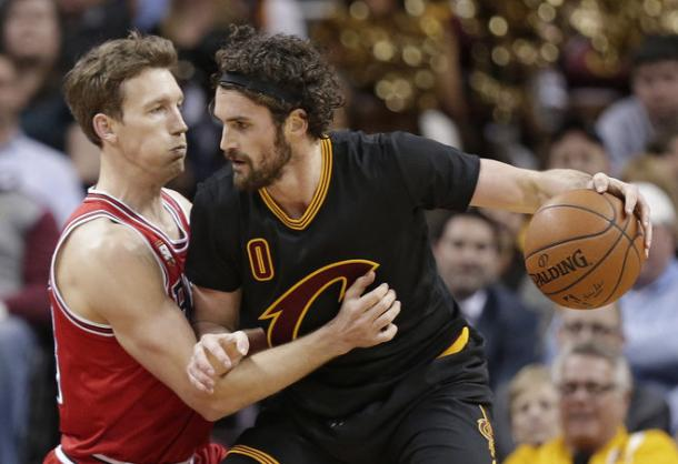 Cleveland Cavaliers' Kevin Love, right, drives past Chicago Bulls' Mike Dunleavy. (AP Photo/Tony Dejak)