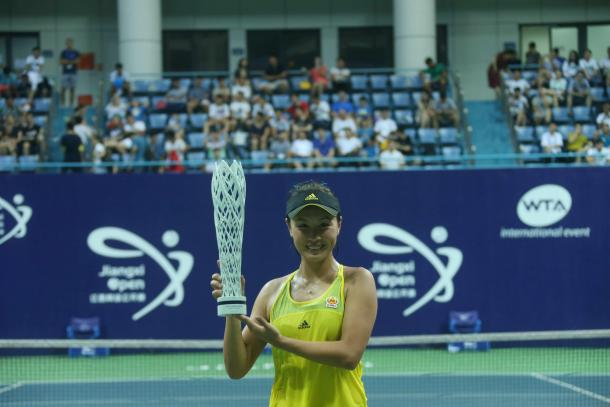 Peng Shuai poses along with her trophy in Nanchang | Photo: Xu Nan Ping / Jiangxi Women's Open