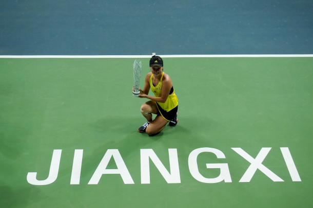 Peng Shuai posing with her title | Photo: Xu Nan Ping / Jiangxi Women's Open
