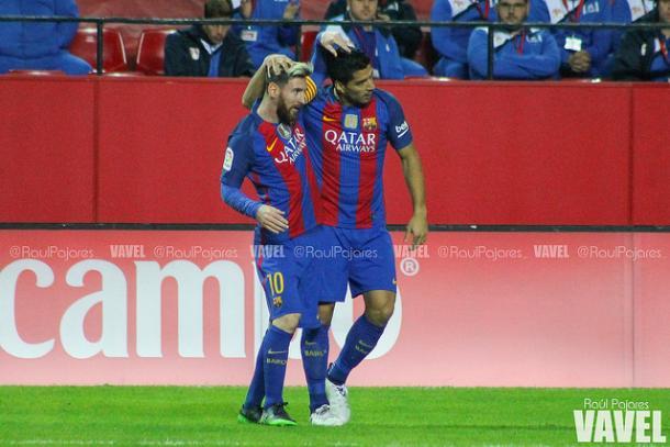 Leo celebra con Suarez uno de los goles en el Sánchez Pizjuán. Foto: VAVEL