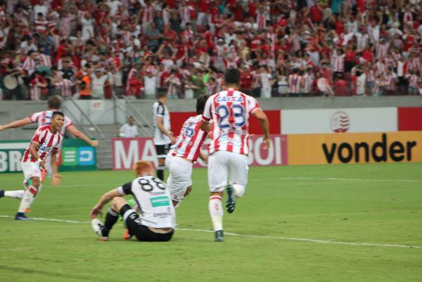 Zagueiro Igor Rabello marca no último lance e dá a vitória ao Timbu (Foto: Léo Lemos/Náutico)