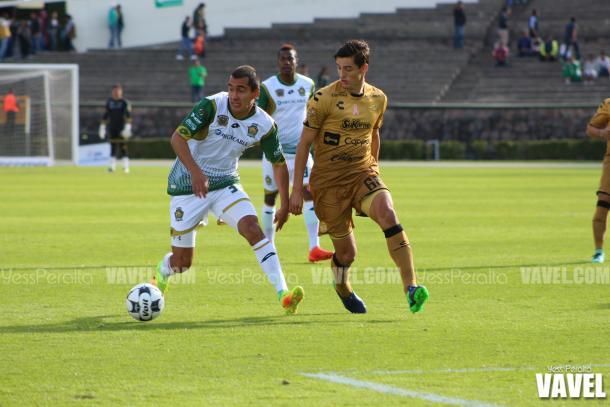 Morales y Fernando Arce en la disputa por el balón