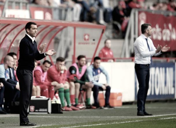 Giovanni van Bronckhorst se desesperó en el banquillo visitante | Foto: Twitter Feyenoord