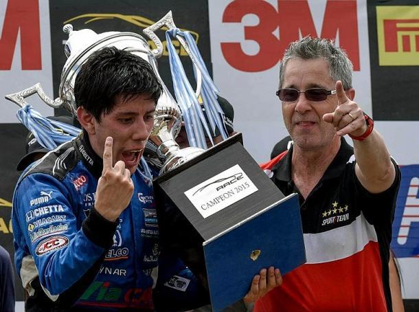Rodríguez festeja el campeonato logrado junto a Sergio Polze director del Sportteam. Foto: Top Race.