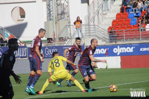 Ramis, clave en el juego aéreo ante Villarreal. Foto: Ángel Ezkurra-VAVEL-.