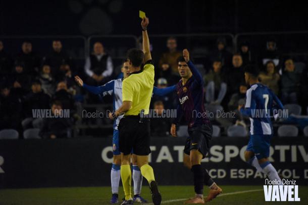 Una acción que se repitió mucho: jugadores pericos viendo la tarjeta amarilla / Foto: Noelia Déniz (VAVEL.com)