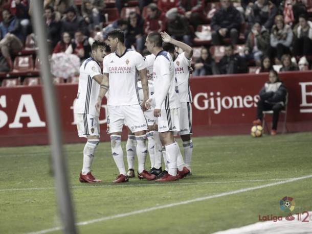 Jugadores del Zaragoza celebrando el gol de la victoria en El Molinón | Foto: LaLiga 1|2|3