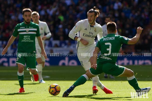 Gareth Bale frente a Bustinza en un partido de liga | Foto: Daniel Nieto (VAVEL)