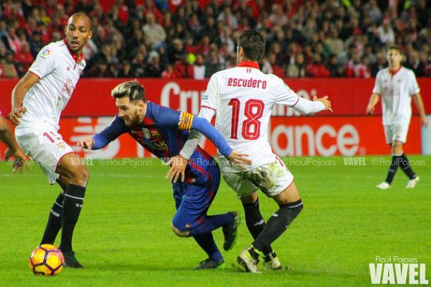 Leo trata de regatear a dos rivales en el Sánchez Pizjuán. Foto: VAVEL