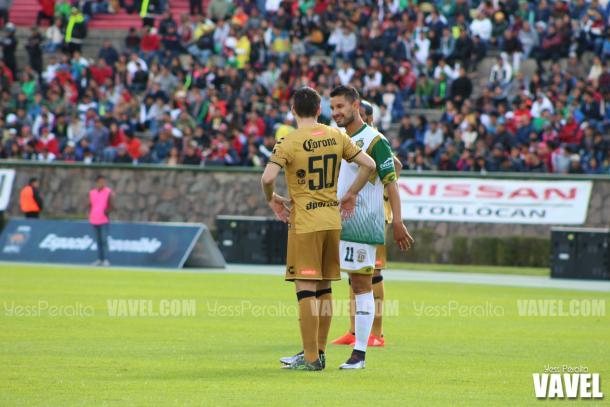 Oliver Ortíz y Tony López previo a cobrarse un tiro libre