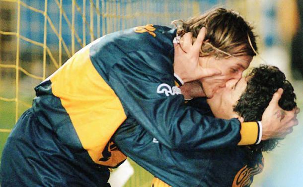 Caniggia beija Maradona após marcar o gol da vitória do Boca diante do Lanús, em 1996   Foto: Getty Images