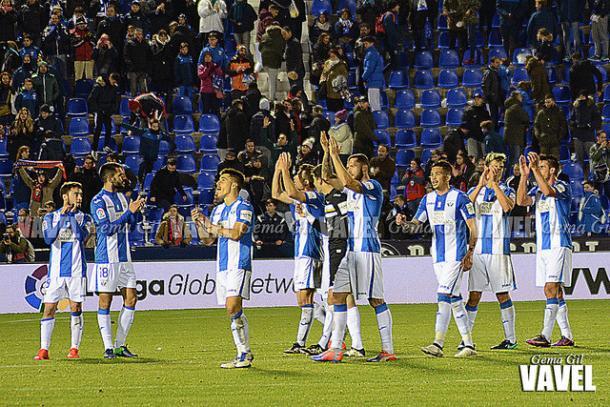 Los jugadores saludan al público tras el triunfo | Foto: Gema Gil (Vavel)
