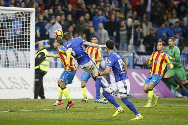 Michu se impone a Pedro López para rematar a gol   Foto: Real Oviedo