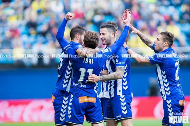 Jugadores del alavés celebrando un tanto | Foto: Photo Silver (VAVEL España)