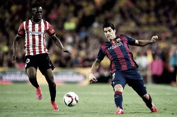 Williams pelea un balón con Luis Suárez en la final de Copa del Rey 2015, en la que anotó gol | Foto: Athletic Club
