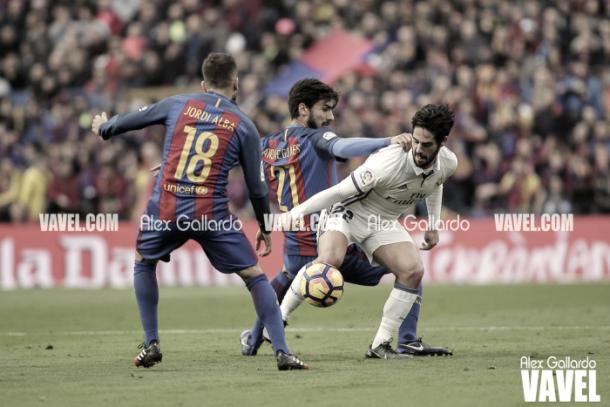 Isco regateando a dos jugadores culés en el Camp Nou | Foto: VAVEL