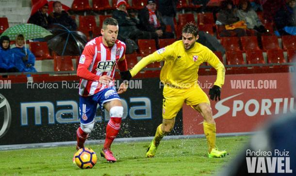 Aday conduce el balón en el Girona-Sevilla Atlético (2-0). | Foto: Andrea Ruiz
