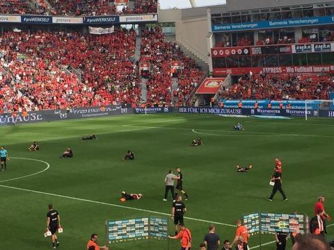 I giocatori del Bayer a terra dopo il fischio finale | Photo: Andrea Mauri