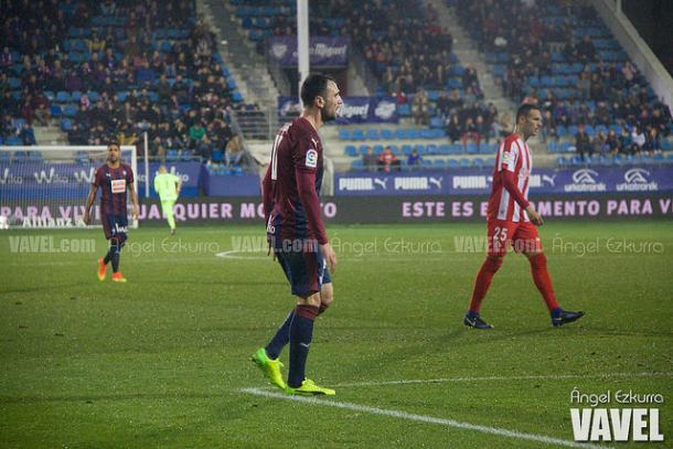 Viguera, en Ipurúa, con la camiseta del Sporting de Gijón. Fuente: Ángel Ezkurra (vavel)