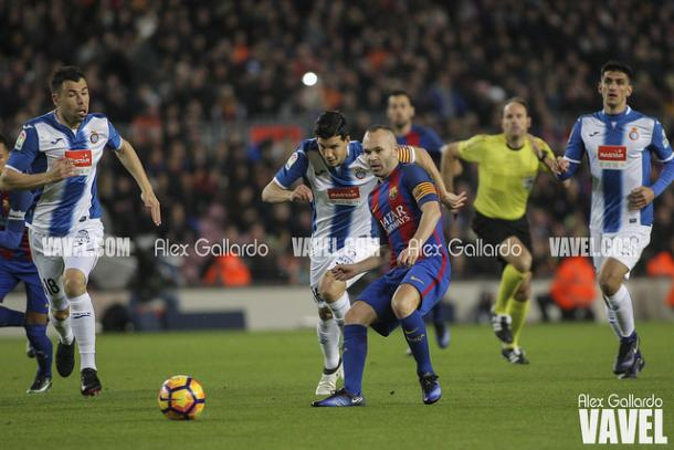 Imagen de Iniesta en el derbi disputado en Cornellà El Prat | Foto: Àlex Gallardo - VAVEL