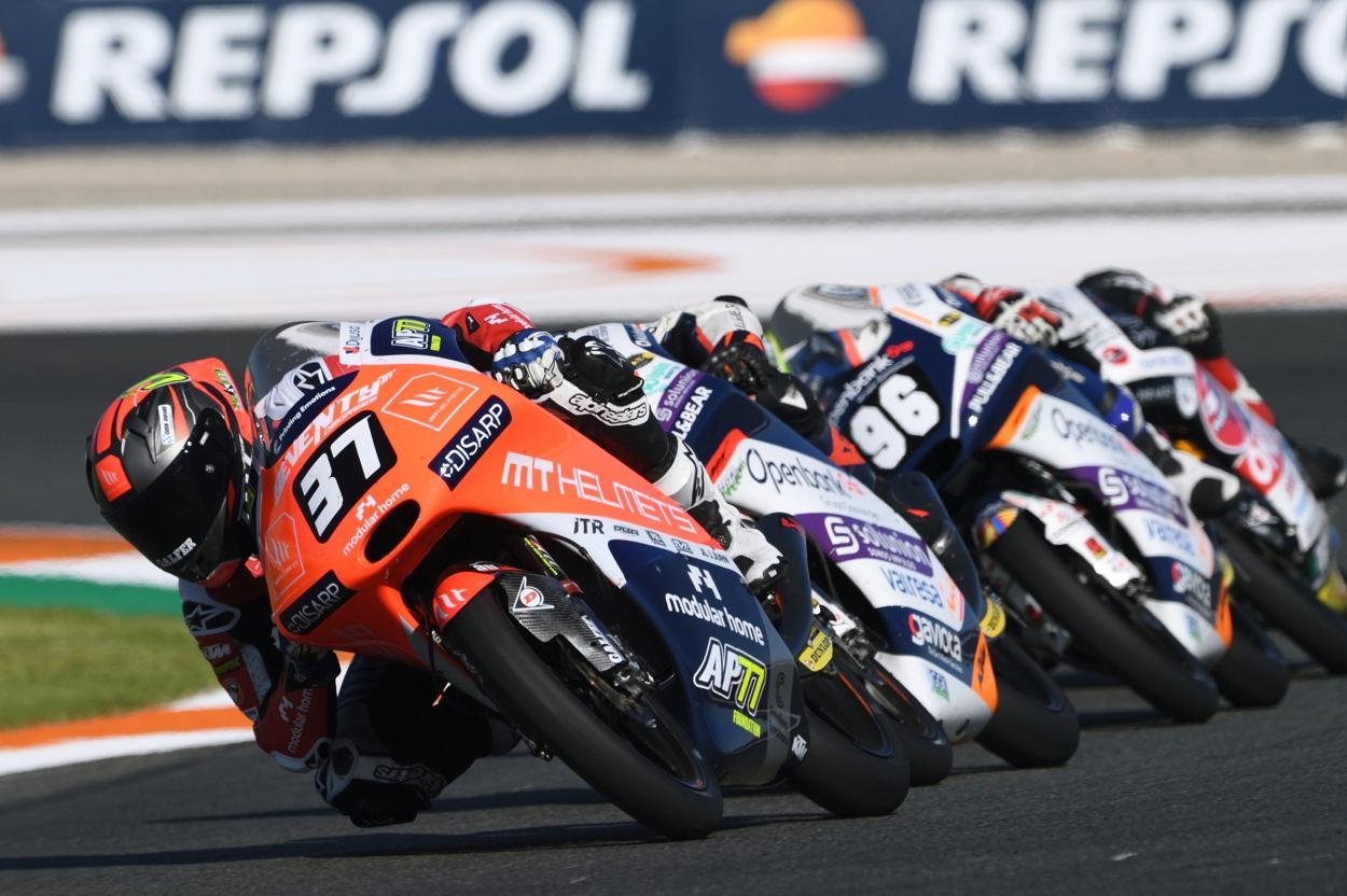 Pedro Acosta liderando el grupo de Moto3 en Valencia 2020 / Fuente: fimcevrepsol.com