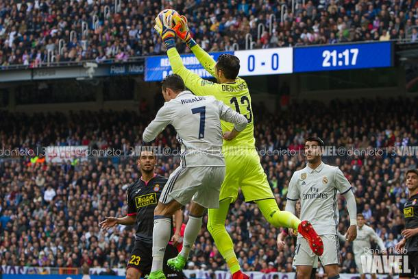 Diego López ataja un balón en el último partido que enfrentó al Espanyol con el Real Madrid I Foto: Dani Nieto (VAVEL)