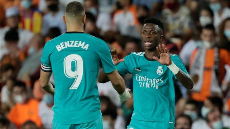 Vinicius y Benzema se chocan la mano en un lance del juego/ Fuente: <b><a  data-cke-saved-href='https://vavel.com/es/data/real-madrid' href='https://vavel.com/es/data/real-madrid'>Real Madrid</a></b>