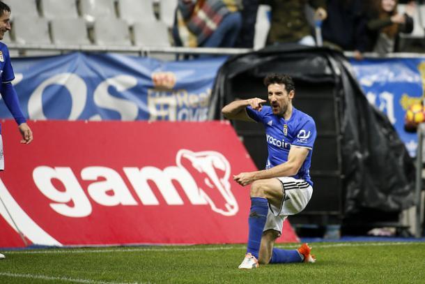 Toché celebra el tanto ante la mirada de Berjón | Foto: Real Oviedo