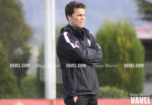 Rubi dirige un entrenamiento durante su etapa en el Sporting // Imagen: Diego Blanco - VAVEL