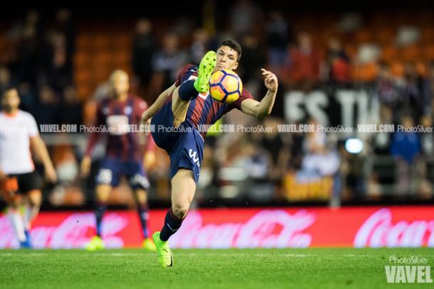 Ander Capa controla un balón / Foto: PhotoSilver (VAVEL)