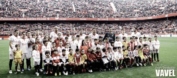 La plantilla sevillista con pequeños aficionados antes del Sevilla - Villareal // Foto: Fran Santiago