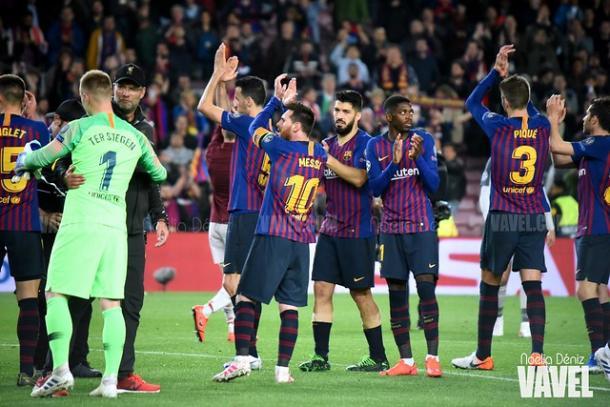 Los jugadores del FC Barcelona aplaudiendo y Klopp saludando a Ter Stegen. FOTO: Noelia Déniz