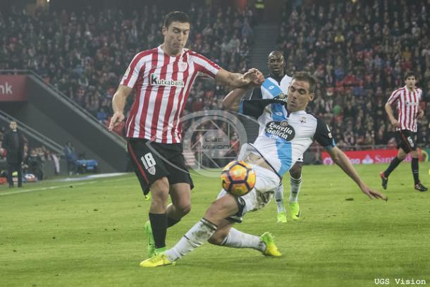 De Marcos pelea la pelota en el encuentro frente al Deportivo. | UGS Vision.