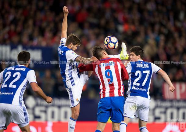 Iñigo pugna por el esférico con Torres. Foto: PhotoSilver / VAVEL
