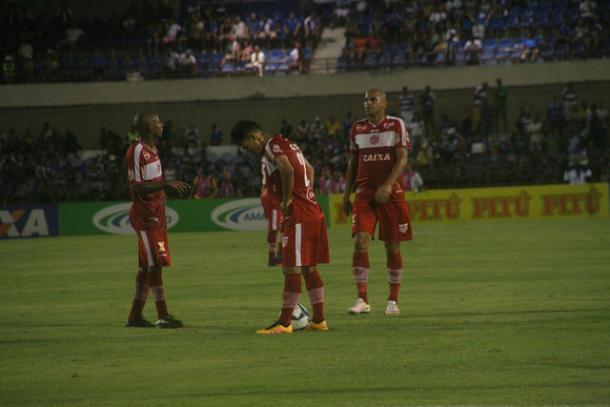 Derrota ao arquirrival CSA custou eliminação na Copa do Nordeste ainda na primeira fase (Foto: Douglas Araújo/CRB)