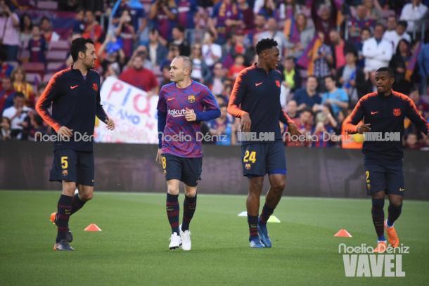 Iniesta calienta en su último encuentro con el Barcelona | Foto: Noelia Déniz - VAVEL