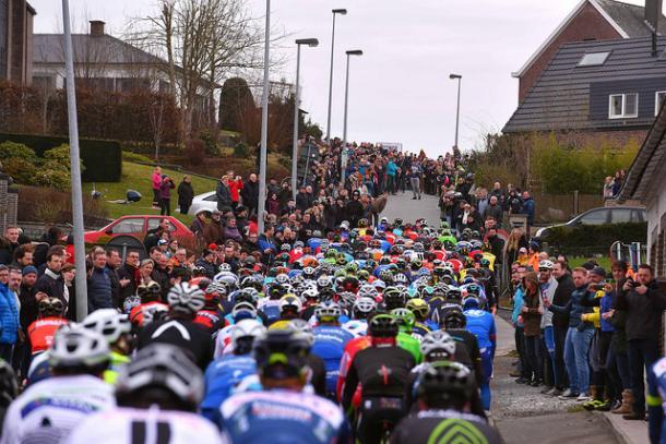 El pelotón rodando agrupado durante los primeros kilómetros   Fotografía: BMC Racing Team