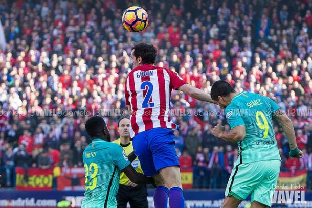 Luis Suárez y Umtiti intentan despejar un balón colgado al área en un partido contra el Atlético I Foto: Daniel Nieto (VAVEL)