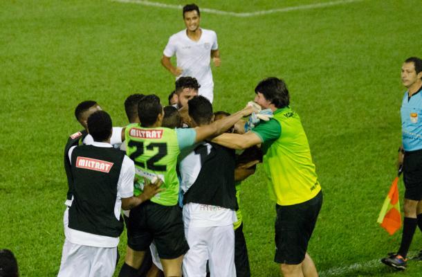 A comemoração do único gol da partida, marcado por Fernandinho (Foto: Sanderson Barbarini/Foco no Esporte)