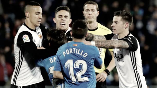 Jugadores de ambos equipos protestando una acción // Fuente: Valencia CF