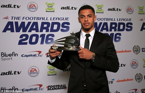 Gray posa con el trofeo a jugador de la temporada. Foto: EMPICS Sport