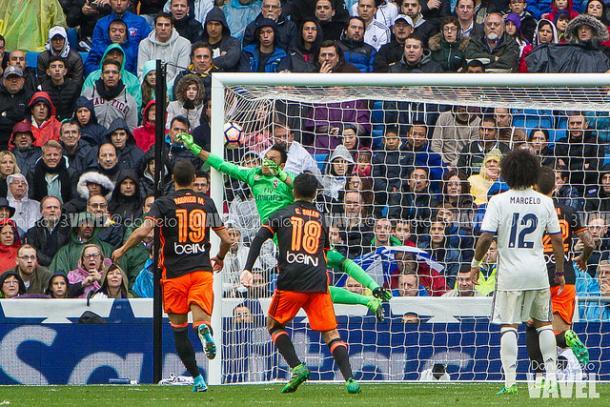 Navas intentó despejar el lanzamiento de Parejo, pero sin éxito | Foto: Daniel Nieto, VAVEL