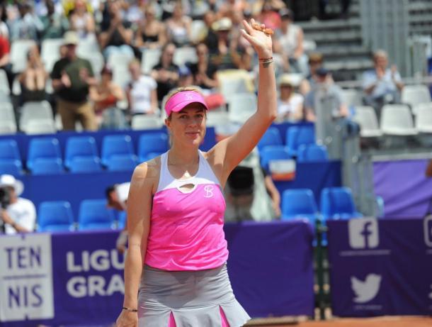 Anastasia Pavlyuchenkova appluds the crowd after the win | Photo: WTA / Internationaux de Strasbourg