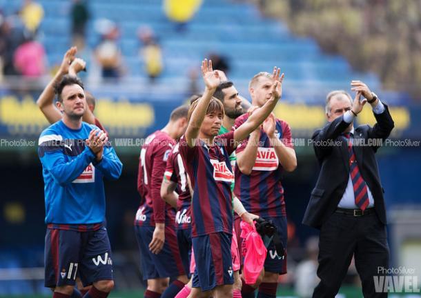 Saludando a los aficionados, tras la victoria frente al Villarreal en La Cerámica. Fuente: Phosilver (vavel)