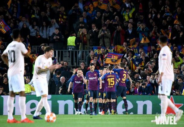 Los jugadores del FC Barcelona celebrando un gol ante la mirada de los futbolistas del Manchester United. FOTO: Noelia Déniz