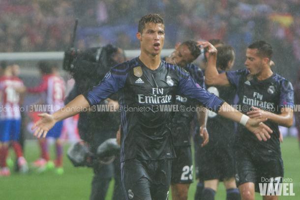 Cristiano Ronaldo anima a la afición tras la batalla ante el Atleti en el Calderón. Imagen: Daniel Nieto (VAVEL)